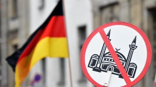 Die Gegner der geplanten Moschee in Erfurt sorgen mit ihren Protesten häufig für Aufsehen. Nach ihrer letzten Aktion hagelt es massenhaft Kritik - jedoch auch gegen die Behörden. (Symbolbild)