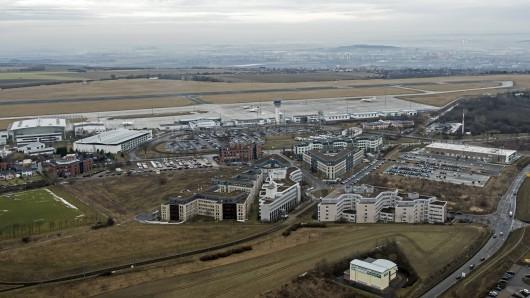 Blick auf den Flughafen Erfurt-Weimar und den davor liegenden Büropark Airfurt (Archivfoto)