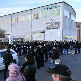 Mehrere Hundert Siemens-Mitarbeiter haben am Mittwoch (13.12.2017) in Erfurt gegen die geplanten Einschnitte der Konzernführung demonstriert.