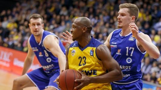 Johannes Richter (l.) und Andreas Obs (r.) von den Rockets gegen Rickey Paulding von den EWE Baskets Oldenburg.