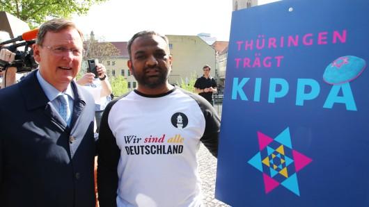 Thüringen trägt Kippa: Auch Ministerpräsident Bodo Ramelow (l.) und der Sprecher der muslimischen Ahmadiyya-Gemeinde in Erfurt, Suleman Malik, setzten am Mittwoch (25.04.2018) ein Zeichen gegen Antisemitismus.