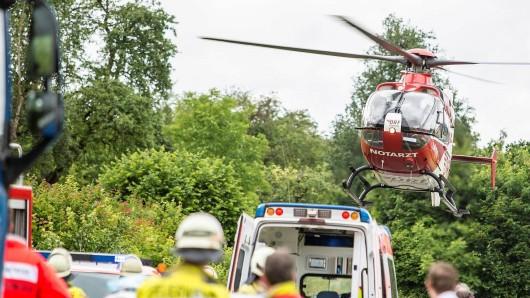 Ein Hubschrauber musste einen Verletzten in ein Krankenhaus fliegen, nachdem ein Ast beim Pferdemarkt in Buttstädt auf ihn stürzte. (Symbolbild)