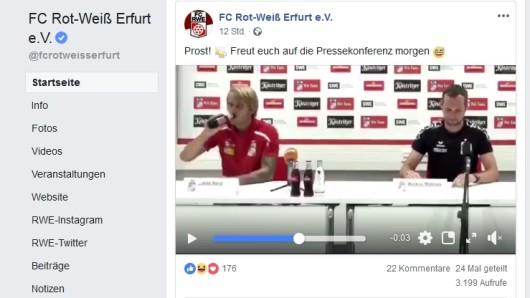 Rot-Weiß-Erfurt-Spieler Lukáš Nový gönnt sich einen Schluck aus der Bierflasche.