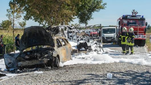 Am Montagnachmittag (06.08.2018) ist im Landkreis Sömmerda ein Auto samt Wohnwagen komplett ausgebrannt. Wohl wegen eines technischen Defektes ging das Gespann auf einer Landstraße bei Großrudestedt komplett in Flammen auf.