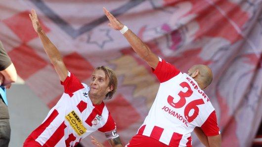 Lukas Novy und Velimir Jovanovic jubeln über das 1:0 gegen Budissa Bautzen.
