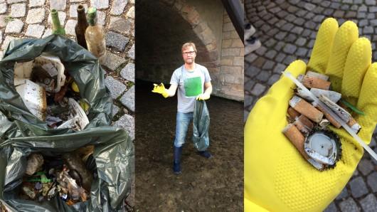 Gemeinsam mit  Dirk Adams haben etwa 20 Freiwillige ehrenamtlich Müll an der Krämerbrücke in Erfurt gesammelt.