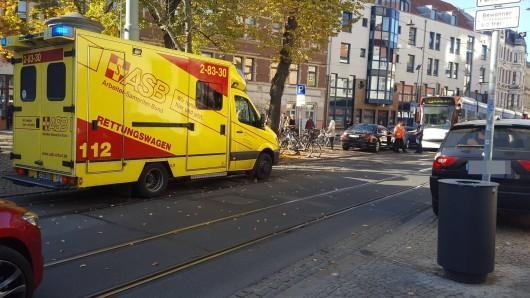 Bei einem Unfall in der Erfurter Johannesstraße ist am Montag (15.10.2018) eine Radfahrerin mit einer Straßenbahn zusammengestoßen.