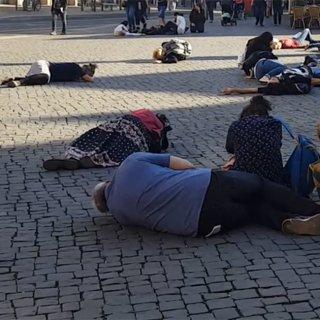 Auf dem Fischmarkt in Erfurt sind am Montag (15.10.2018) zahlreiche Menschen zusammengebrochen. Dabei handelte es sich um einen Flashmob, der auf die Erfurter Woche der seelischen Gesundheit aufmerksam machen und dazu anregen sollte, Arbeit nicht zu wichtig zu nehmen, sondern sich etwas Gutes zu tun.