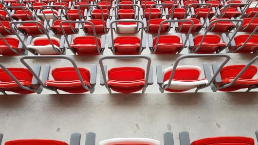 Bleiben die Sitze im Steigerwaldstadion künftig leer? Rot-Weiß Erfurt braucht dringend Geld, um den Spielbetrieb finanzieren zu können.