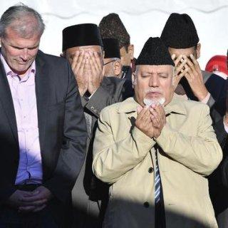 Andreas Bausewein (l., SPD), Erfurts Oberbürgermeister, steht neben Gemeindemitgliedern, die nach der Grundsteinlegung für eine neue Moschee gemeinsam beten. Die Ahmadiyya-Gemeinde mit etwa 100 Mitgliedern will die Moschee im Stadtteil Marbach errichten. Sie sah sich deswegen immer wieder anti-islamischen Anfeindungen und Drohungen ausgesetzt.