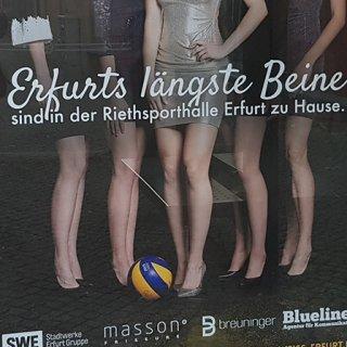 Dieses Plakat, auf dem für Erfurts längste Beine beziehungsweise das Schwarz-Weiß Erfurt Volleyteam geworben wird, sorgt für Wirbel.