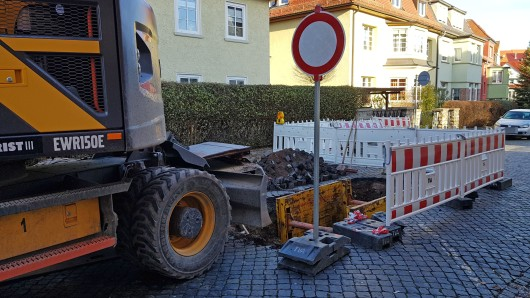 In der Damaschkestraße in Erfurt hat sich am Dienstag (04.12.2018) ein Loch aufgetan. Am Mittwoch begann die Reparaturarbeiten an der abgesackten Straße.