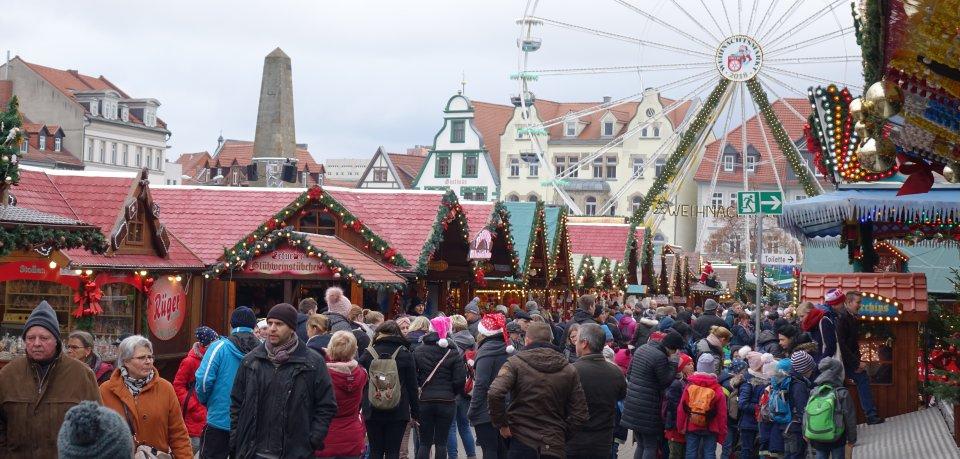 Die Besucher auf dem Weihnachtsmarkt in Erfurt lassen sich von den Ereignissen in Straßburg nicht aus der Ruhe bringen.