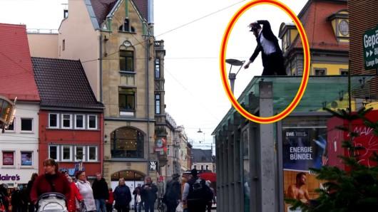 Ist der verrückt?, fragen sich viele Erfurter, als sie diesen jungen Herrn auf dem Bushäuschen haben tanzen sehen. Doch sein Anliegen ist ihm mehr als ernst.