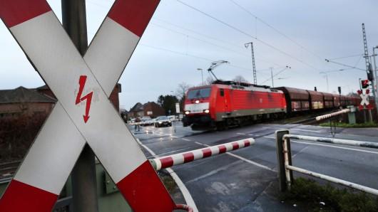 Ein Bahnwärter konnte sich vor einem Auto nur noch in letzter Minute in Sicherheit bringen.