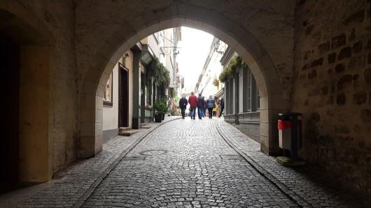 Goldene Tücher haben auf der Erfurter Krämerbrücke für Aufsehen gesorgt.
