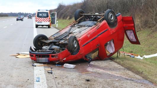 Aus bislang ungeklärter Ursache kam der ältere Fahrer von der Fahrbahn ab und überschlug sich mehrfach. Sein Fahrzeug blieb auf dem Dach liegen.