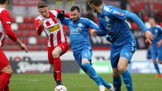 Carsten Kammlott (3.v.l.) kehrte mit Wacker Nordhausen an seine alte Wirkungsstätte zum FC Rot-Weiß Erfurt im Steigerwaldstadion zurück.