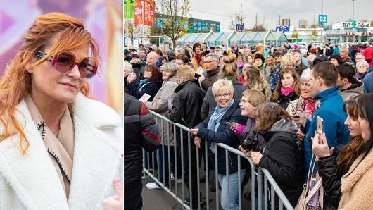 Andrea Berg war am Freitag (12.04.2019) in Erfurt, um am TEC ihren Fans Autogramme zu geben.