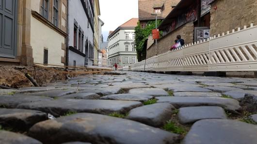 Um diese Pflastersteine in der Allerheiligenstraße in Erfurt geht es, die sich Bürger und Stadt sinnbildlich gerade um die Ohren hauen.
