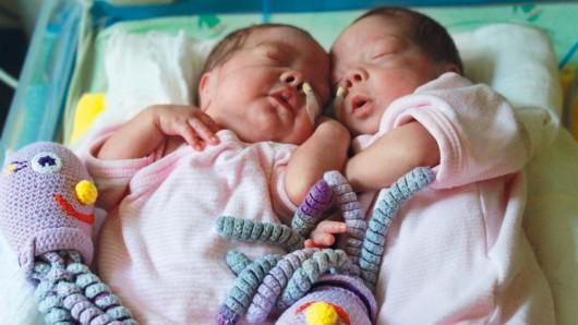 Tilda und Alma wurden drei Monate zu früh geboren. Sie sind nun auf der Frühchenstation.