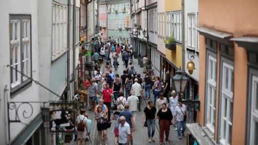 In der Innenstadt in Erfurt bleiben die Passanten erstaunt stehen, als sie das sehen...(Symbolbild)