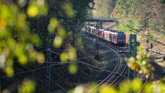 Eine Bahn musste einen ungeplanten Zwischenstopp einlegen, weil Kinder auf und neben den Gleisen liefen. (Symbolbild)