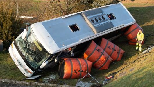 Mittels Hebekissen wird der verunglückte Schulbus aufgestellt. Bei Eisenach in Thüringen verunglückte am Morgen auf eisglatter Straße ein Schulbus. Bei dem Unfall kamen zwei Kinder ums Leben.