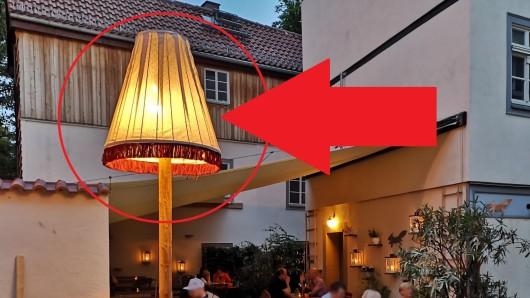 Weil er diese Lampe außerhalb seines Grundstücks aufstellte, muss der Betreiber des Café Füchsen in Erfurt jetzt eine saftige Strafe zahlen.