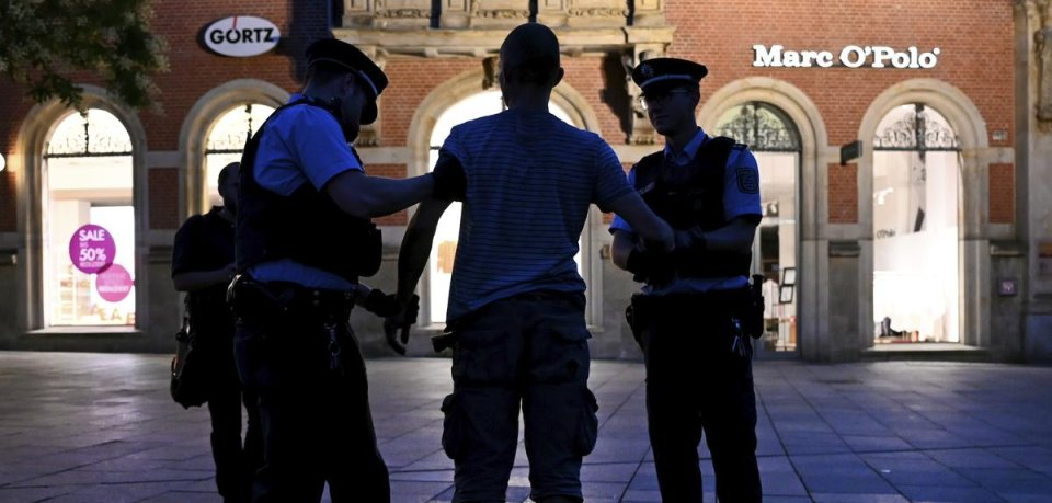 Erfurt: Polizisten kontrollieren eine Person am Anger.