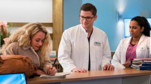 """""""In aller Freundschaft – die jungen Ärzte"""": Dr. Elias Bähr hat die Qual der Wahl – Helmi oder Emma?"""