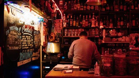 In einer Bar sind zwei Männer ausgerastet und haben den Besitzer attackiert. (Symbolbild)
