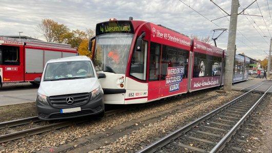 In Erfurt ist eine Tram mit einem Fahrzeug zusammengeprallt – erst nach 30 Metern kam der Mercedes zum Stillstand. Es gab vier Verletzte.
