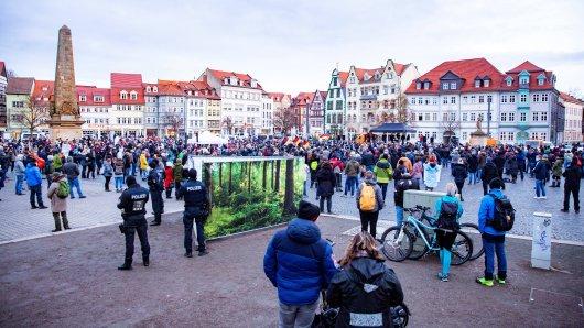 """Die """"Querdenker""""-Demo auf dem Domplatz in Erfurt am Samstag ist verboten worden. Doch die Veranstalter legen Widerspruch ein."""