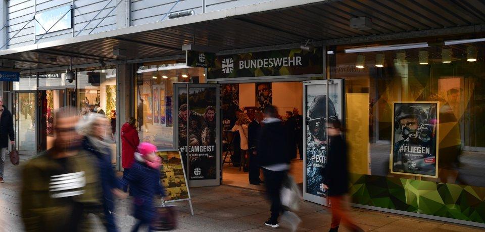 In Erfurt gibt es bald einen Store der Bundeswehr. Dieser hier hatte von 1. März bis 3. Mai 2020 in Wolfsburg geöffnet.