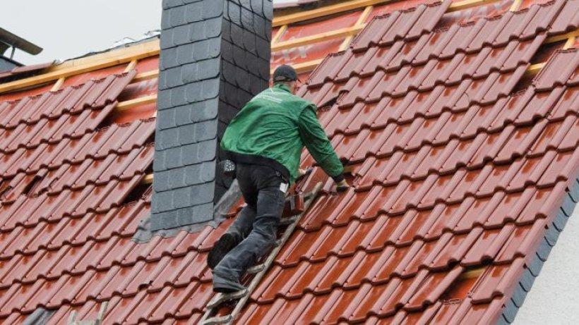 bei altenburg flammen schlagen aus haus m nner auf dem dach th 24. Black Bedroom Furniture Sets. Home Design Ideas
