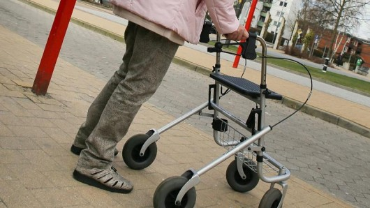 Richtig: Mit Kleidung und Rollator laufen. Falsch: Ohne Kleidung mit Rollator durch Eisenach laufen. (Symbolbild)