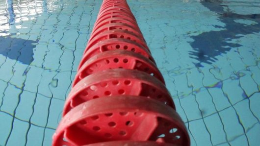 Eine Frau ist am Donnerstag in Suhl in einem Schwimmbad ertrunken. (Symbolbild)