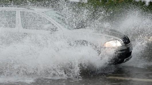 Heftiger Regen ist einem Autofahrer in Schmölln zum Verhängnis geworden.