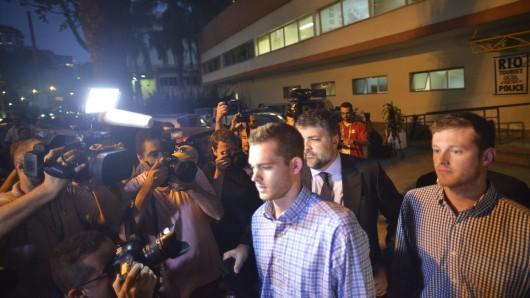 Die US-Schwimmer Jack Conger (r.) und Gunnar Bentz (m.) nach der Befragung durch die Polizei.