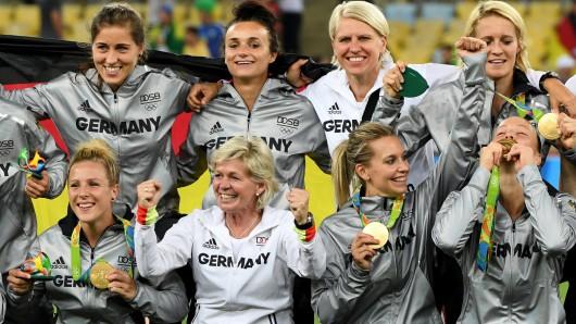 Die deutschen Fußball-Frauen freuen sich über Olympia-Gold.