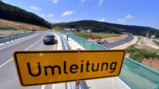 Ein Umleitungs-Schild steht an der Neubaustrecke bei Rothenstein (Thüringen) während der Bauarbeiten der zukünftigen Ortsumgehung.
