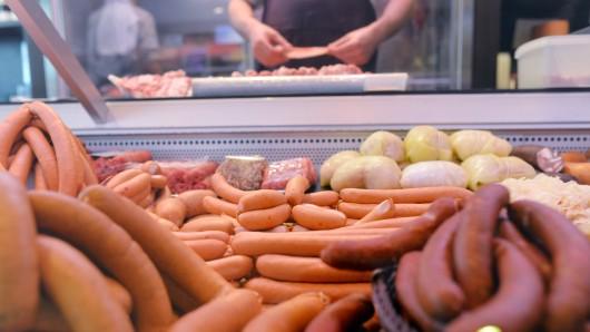 Fleisch- und Wurstwaren liegen in einer Fleischerei im Verkaufstresen.