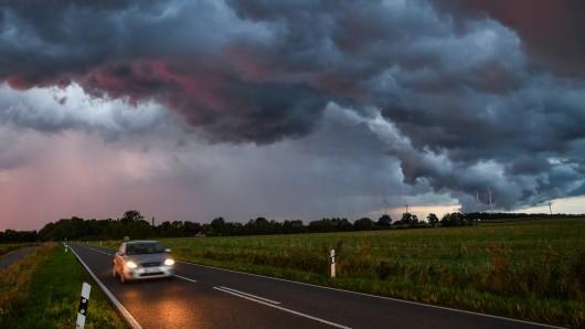 Ein Zeuge hat auf einer Landstraße ein Thüringen einen schwerstverletzten Mann gefunden. Was war passiert?(Symbolbild)
