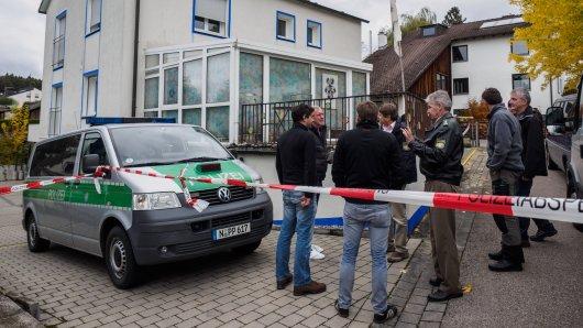 Zahlreiche Polizeibeamte stehen am 19.10.2016 in Georgensgmünd (Bayern) vor dem Grundstück eines sogenannten Reichsbürgers.