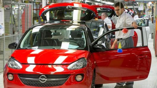 Mitarbeiter in der Endfertigung des Opel Adam in Eisenach