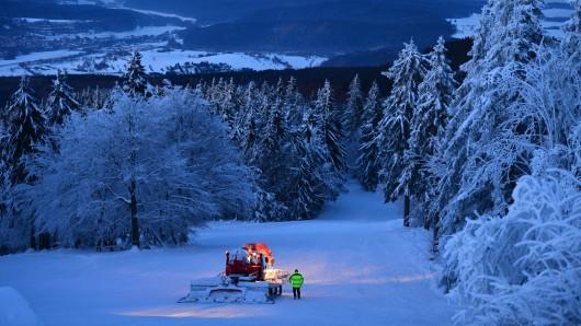Auf dem Großen Inselsberg wird mit einer Pistenraupe am 19.01.2016 bei Tabarz (Thüringen) der Skihang präpariert.