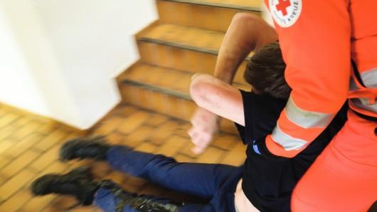 Ein 18-Jähriger verhielt sich derart renitent gegenüber den Rettungskräften, dass er schließlich überwältigt und eingewiesen werden musste. (Symbolbild)