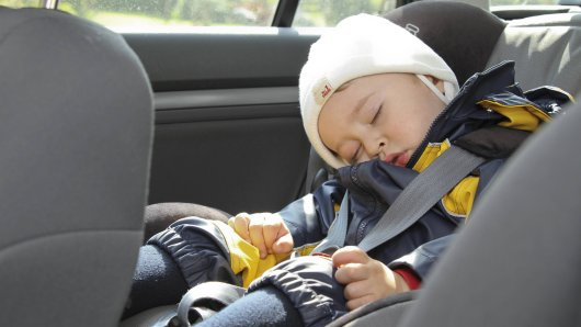 Kleiner Junge, anderthalb Jahre, schläft im Autositz