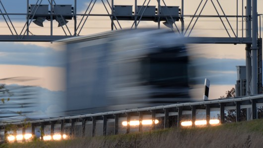 Ein Lkw fährt am 09.11.2013 bei Magdala (Thüringen) auf der Bundesautobahn A4 unter einer Maut Kontrollbrücke durch.